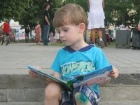 olvasó fiú